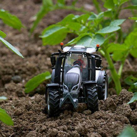 Britains 43215: Valtra T254 Versu Tractor, Mud