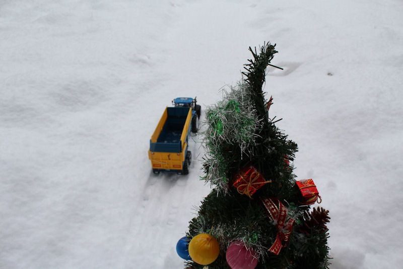 Britains New Holland tractor, Kane trailer xmas tree
